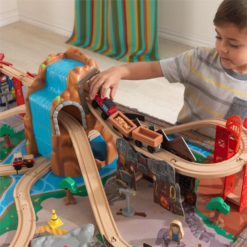 Trenulet din lemn Waterfall Junction si masa de joaca