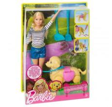 Papusa Barbie invata catelul la litiera