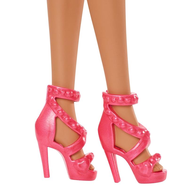 Papusa Barbie satena in rochita cu maci